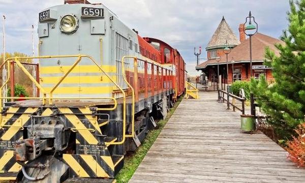 Train beside Smiths Falls railway station